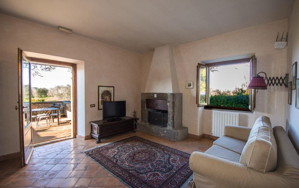 Salone dell'appartamento Rosa con splendido camino in pietra
