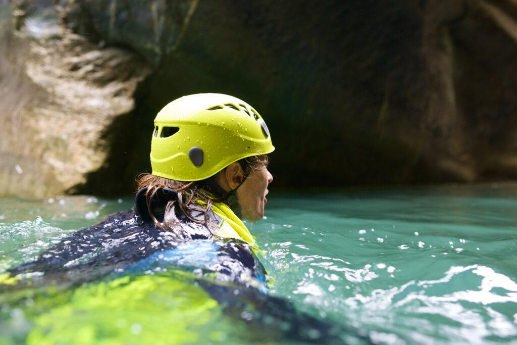 Una donna nuota in un canale praticando il torrentismo.