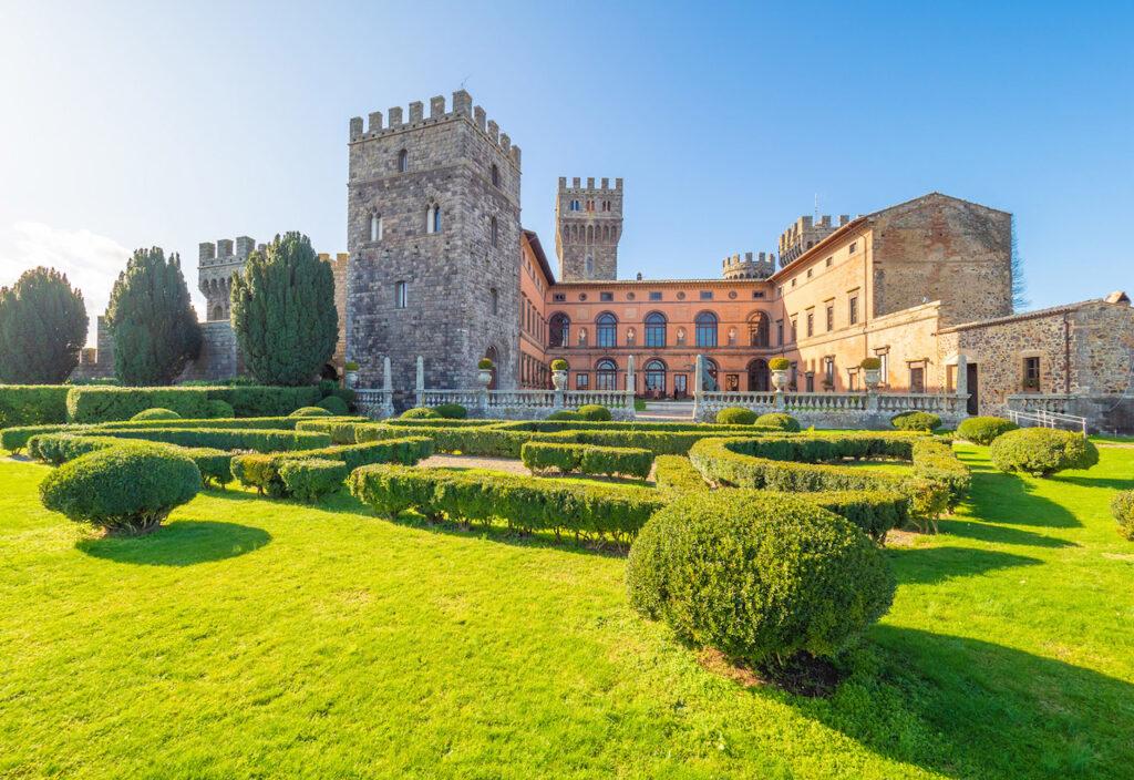 Veduta dello splendido castello di Torre Alfina e dei suoi giardini.