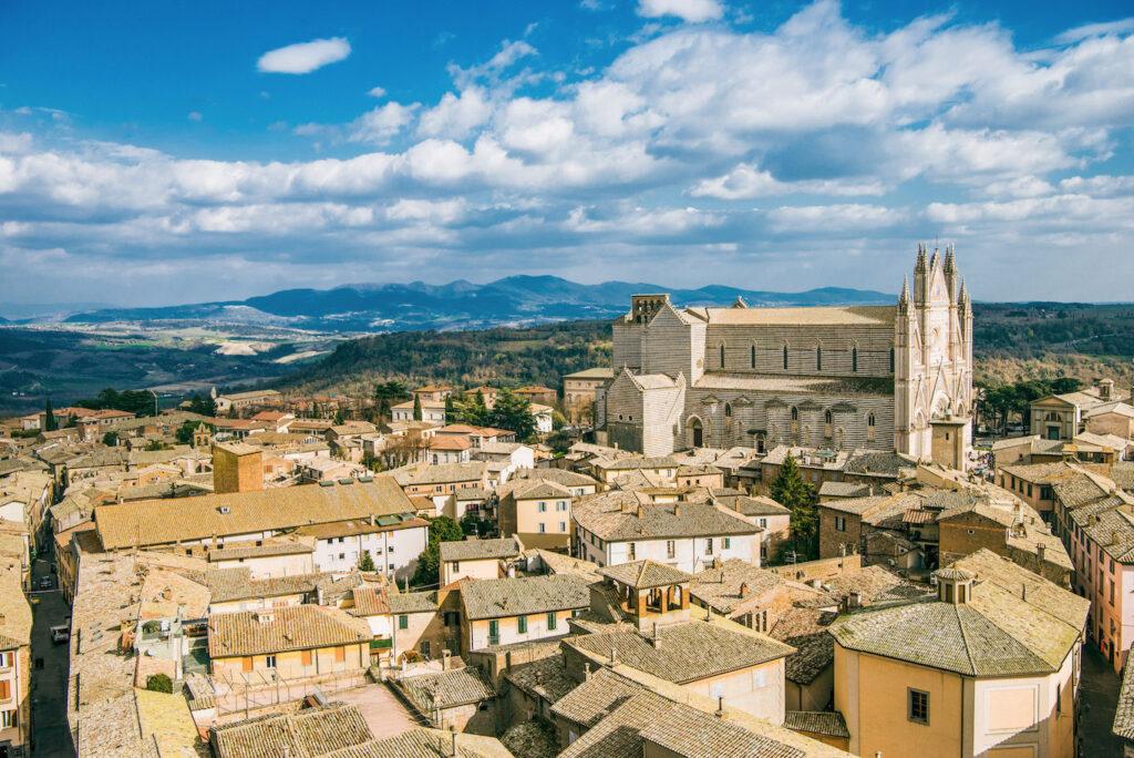 Vista aerea della città storica di Orvieto. Il Duomo in tutto il suo splendore.