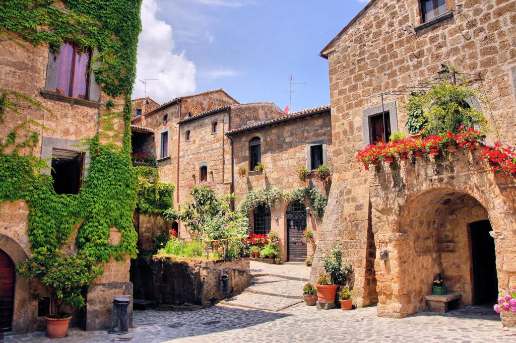 Una piazza di Civita di Bagnoregio, con i suoi splendidi colori.