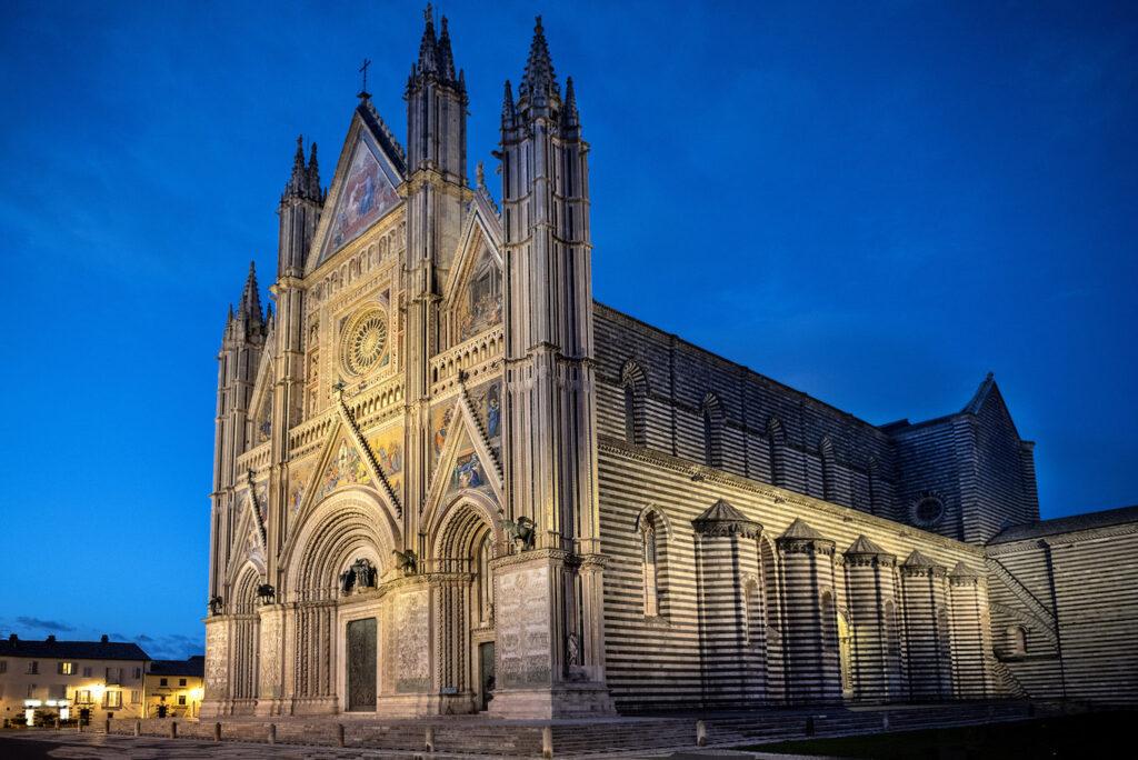 La cattedrale Duomo di Orvieto di sera.