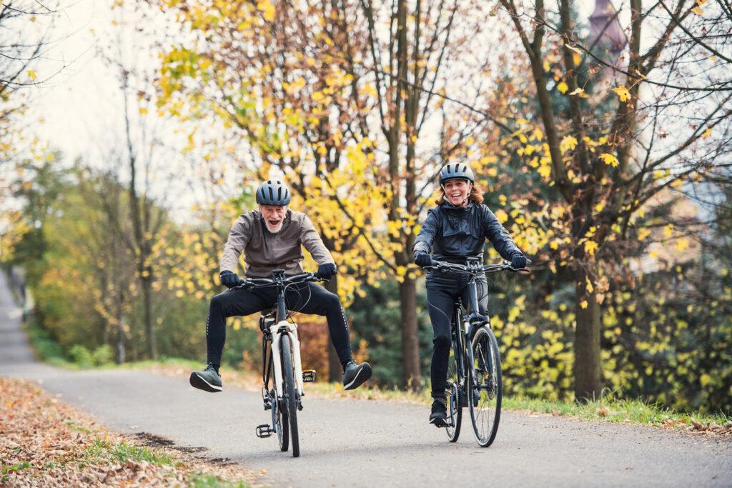 Una coppia si diverte con le ebikes, percorrendo una strada di campagna in Umbria.