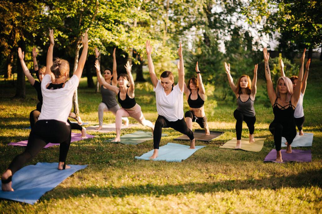 Un gruppo di donne praticano Pilates in giardino