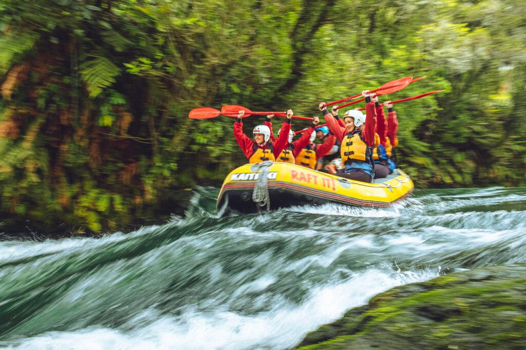Un gruppo di persone che praticano Rafting in un fiume, Umbria.