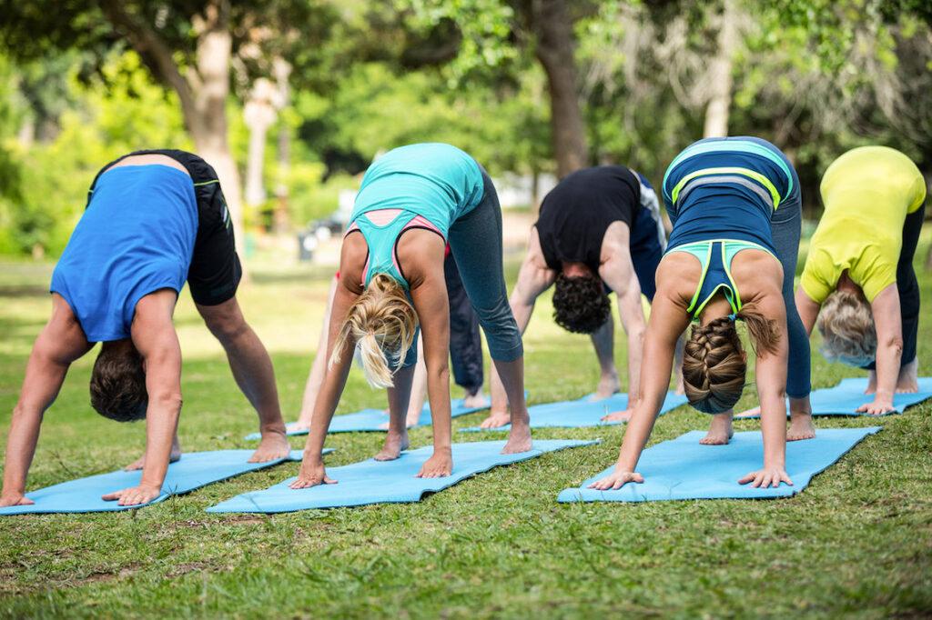 Un gruppo di donne praticano Yoga in giardino